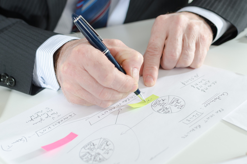 Businessman taking notes on a post-it